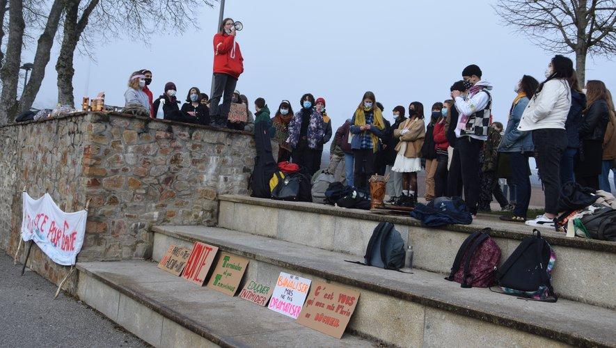 Les lycéens ont manifesté durant deux heures, devant leur établissement.