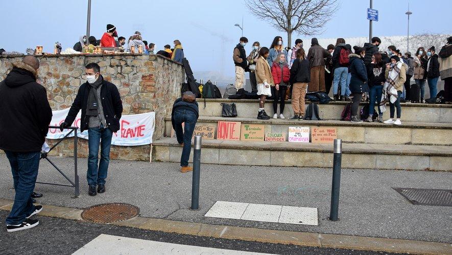 Les manifestants ont pris la défense de leur camarade.