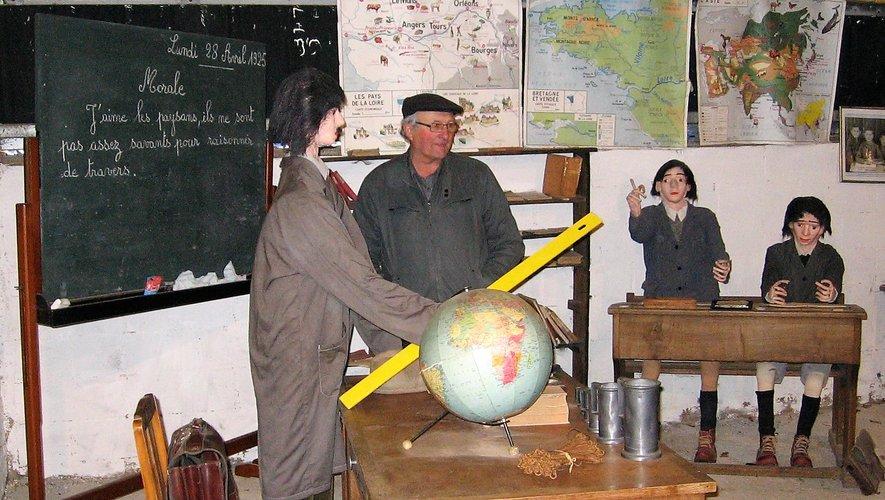 Guy Ginestet est prêt à commenter une scène d'école de 1925.
