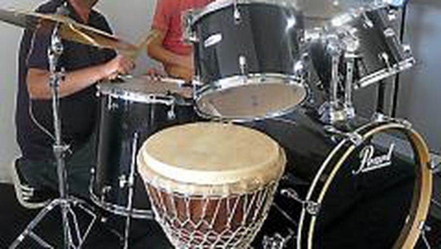 Les jeunes peuvent poursuivre les cours de musique.