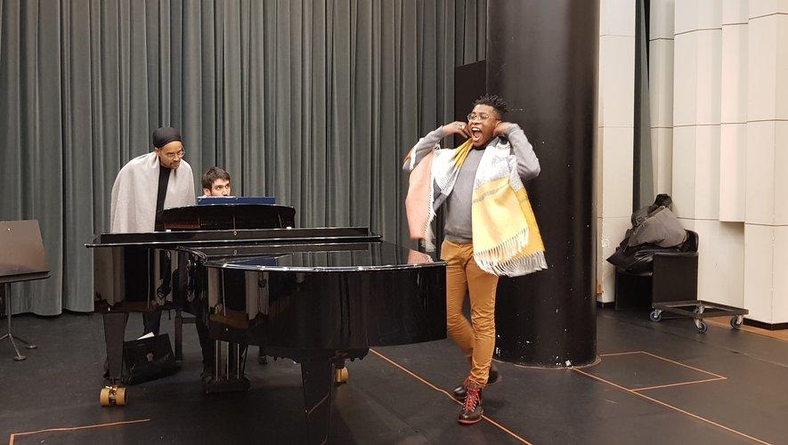 "Auguste en ""master class"" avec Fabrice di Falco contre ténor, accompagné au piano par Yoan Piazza."