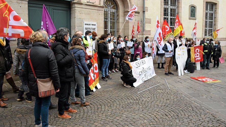 à l'appel de la CGT, une cinquantaine de personnes s'était réunie  devant la préfecture.