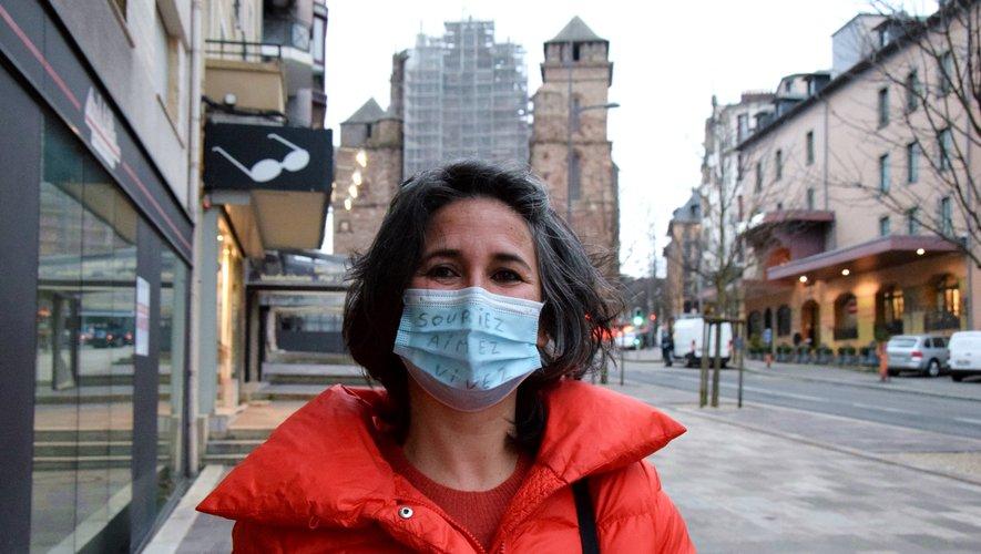 """""""Souriez, aimez, vivez"""", Patricia Sicre partage son optimisme même sur ses masques."""
