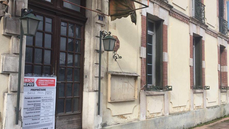 Le permis de construire pour transformer l'hôtel de France en une résidence seniors est affiché sur la porte, reste maintenant à commercialiser les logements.