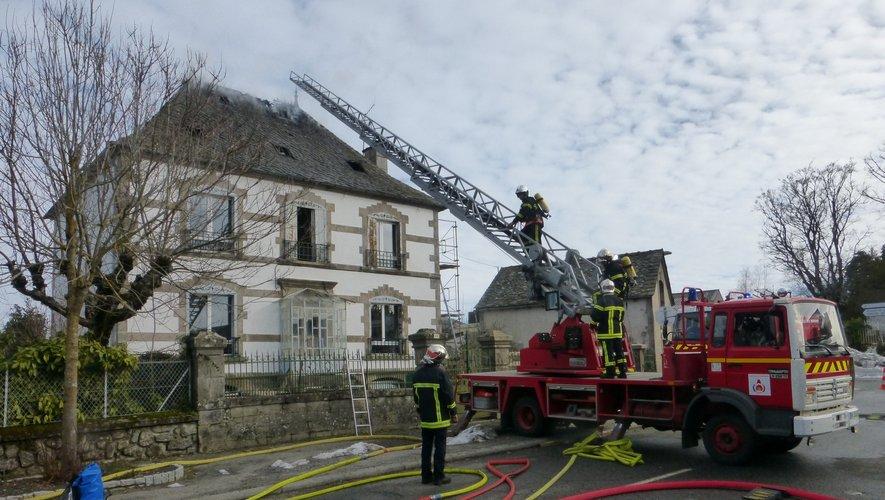 Une partie des combles et de la toiture a pris feu.