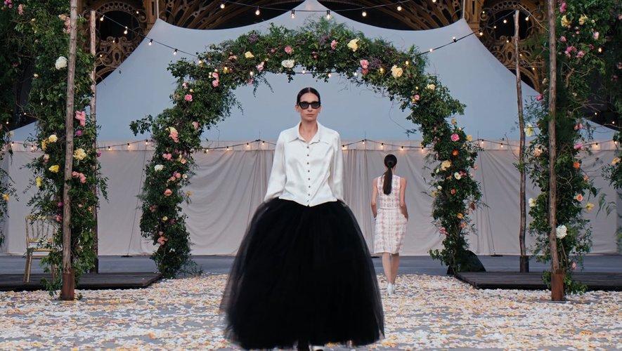 Paris Modes Insider revient sur le défilé haute couture de la maison Chanel, présentée au Grand Palais à Paris.