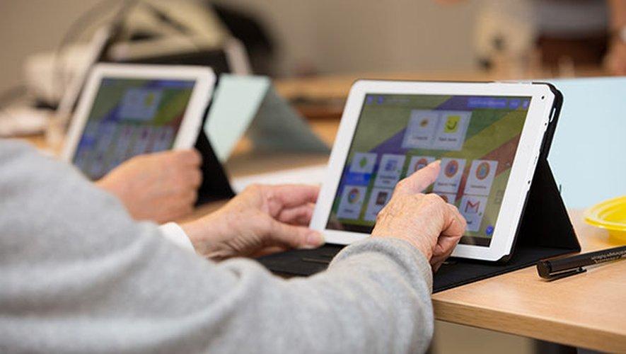 La Communauté de communes Lévézou-Pareloup accompagne par des formations, les personnes âgées qui connaissent des difficultés avec le numérique.