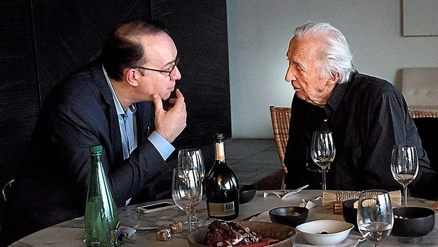 Échanges entre Pierre Soulages et Matthieu Séguéla.Crédit Hiroshi Watanabé