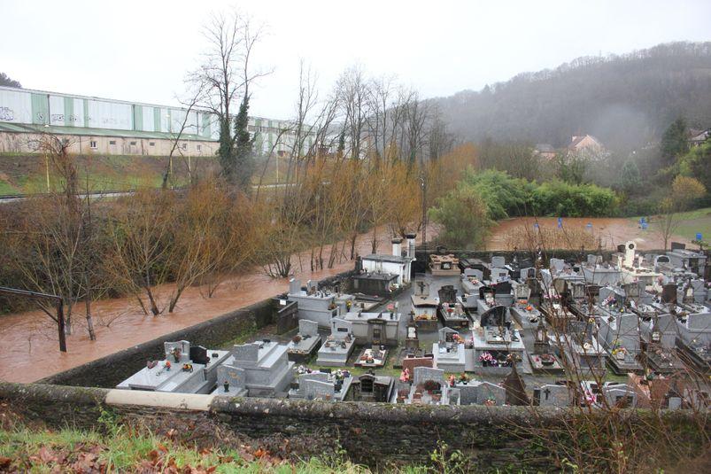 Le cimetière du quartier Saint-Michel à Decazeville est encerclé d'eau.