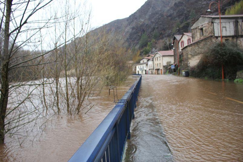La RD 840 a une nouvelle fois été inondée à Laroque-Bouillac, nécessitant sa fermeture.