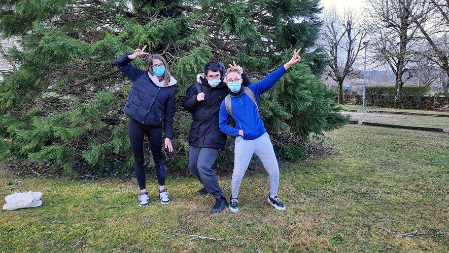 Trois des cinq jeunes participant au projet et heureux de le mener à bien.