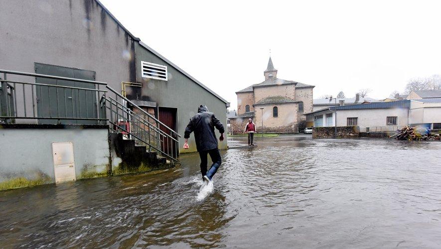 À Pont-de-Salars (en haut), Gages (en bas à gauche) et Salles-la-Source (en bas à droite), l'eau est montée tout au long de la journée.