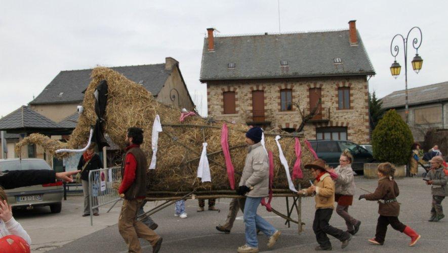 En 2013, Carnaval déambulait déjà dans Najac. Archives.