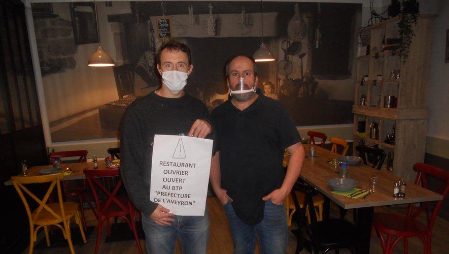 Vincent Merkel et René Botello du restaurant Les Arcades, à Villeneuve d'Aveyron, heureux de revoir des clients.