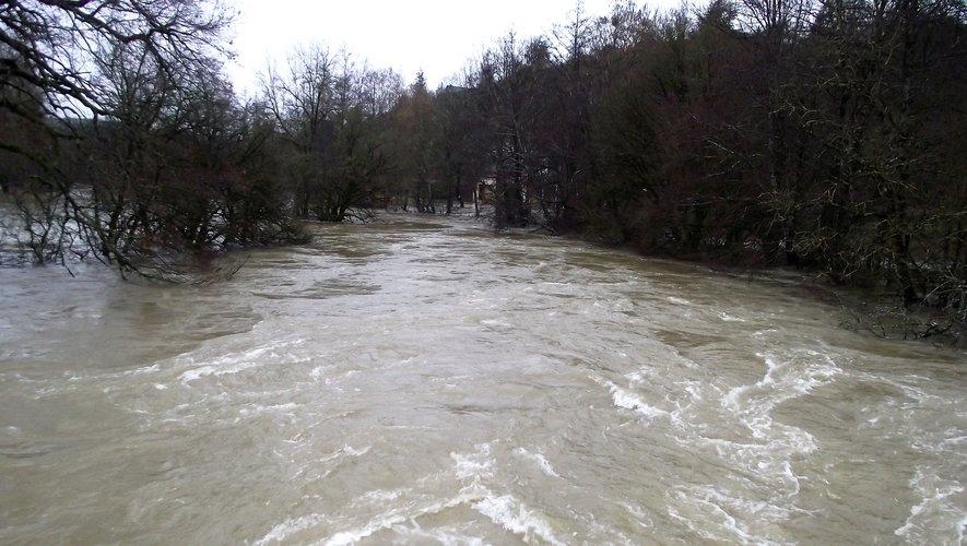 L'eau déferle sous le Pont Vieux.