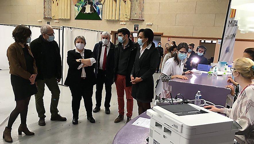 Valérie Michel Moreaux avec la maire Emmanuelle Gazel et le directeur de l'hôpital Didier Bourdon .