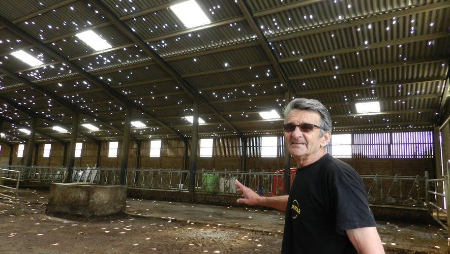 Après les orages du 26 juin, Roland Olié montrait le toit de son bâtiment, criblé par la grêle à Savignac.