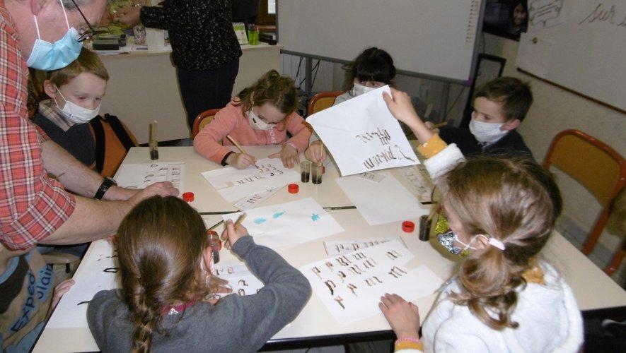 Les élèves se sont initiés à la calligraphie avec M. Piton