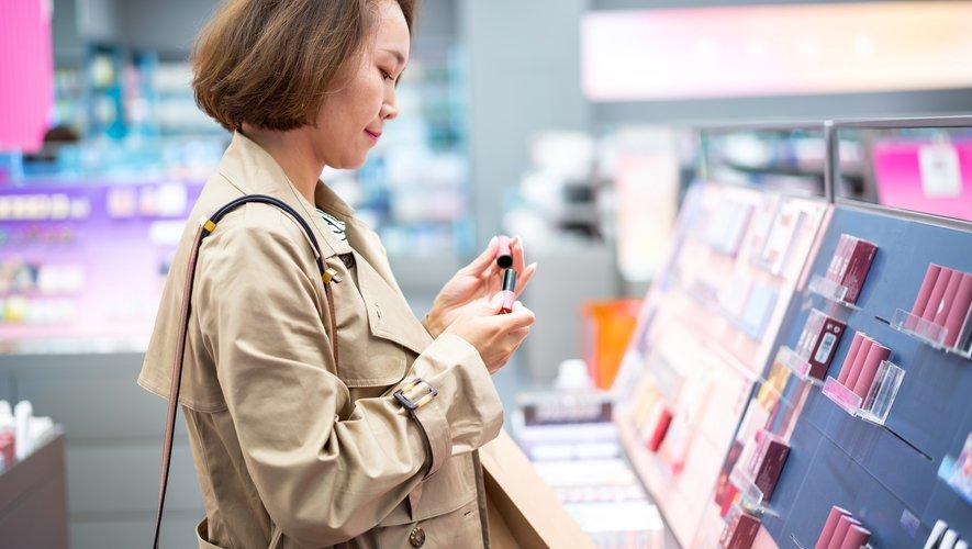 """La Chine est ainsi """"de loin le premier acheteur de rouge à lèvres français, avec plus d'un rouge à lèvres sur quatre exportés""""."""