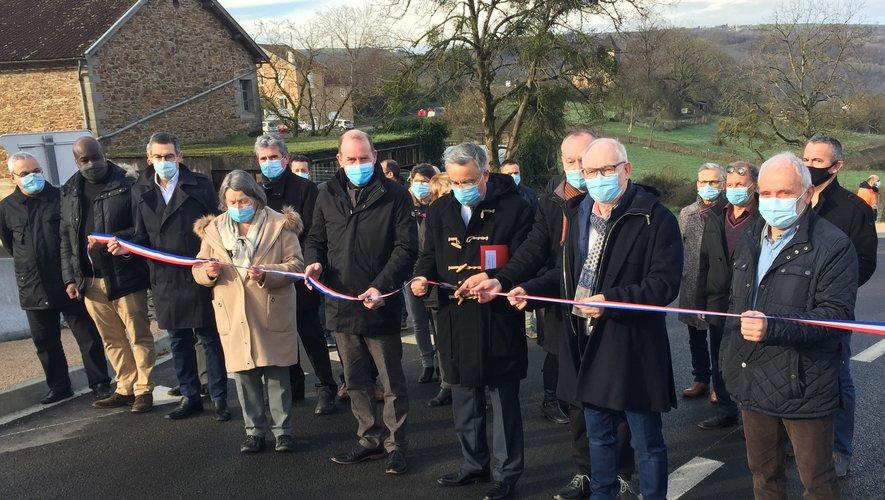 Le ruban tricolore de l'inauguration a été coupé par Jean-François Galliard, entouré des élus du Départementet des maires du canton.