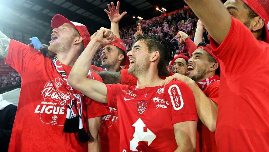 Valentin Henry avec les supporters du Stade brestois. Là où tout a commencé pour lui bien des années plus tôt.
