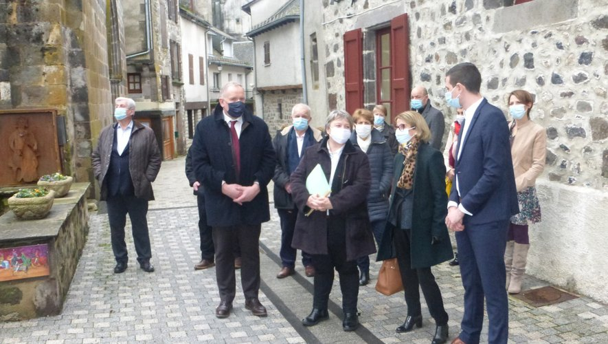 La préfète et les élus ont visité l'hôtel de Mandilhac.