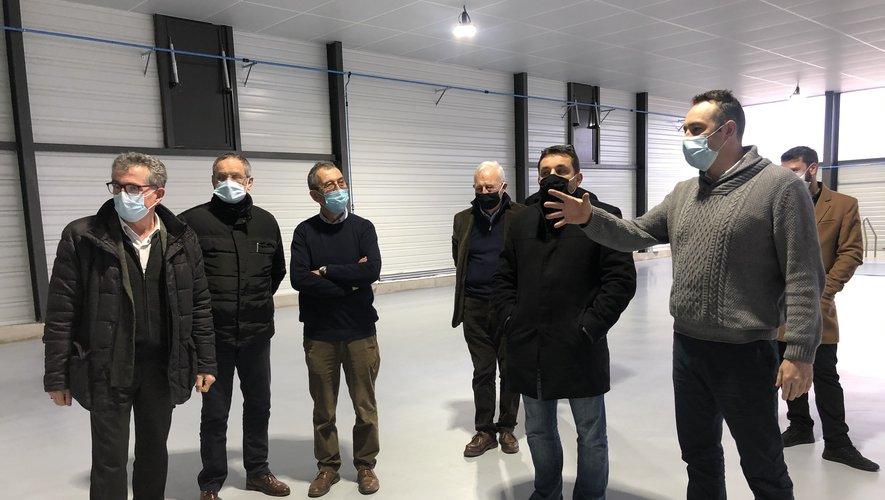Rémi Fayret, numéro deux de l'entreprise Diva Plastiques, fait les honneurs du nouveau bâtiment aux élus./Photo MCB.