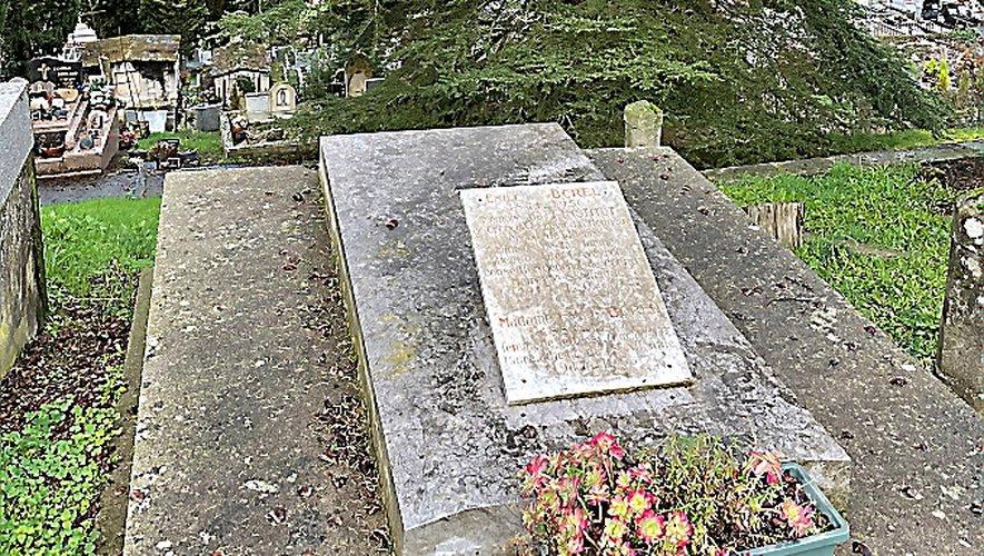 La tombe d'Émile Borel surplombe l'ancien cimetière.