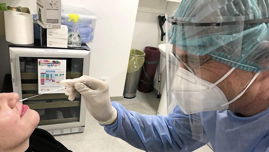 Séance à la pharmacie de Laissac. Le test antigénique est nasopharyngé, comme le PCR, mais il est moins douloureux et son résultat peut être connu en quinze minutes.