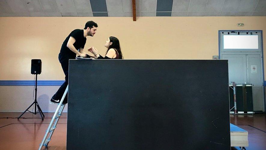 """La scène du balcon, dans un décor sommaire, mais  """"habillé"""" par le technicien du son"""