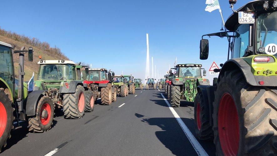Les tracteurs de la FDSEA et des JA à l'assaut du viaduc de Millau.