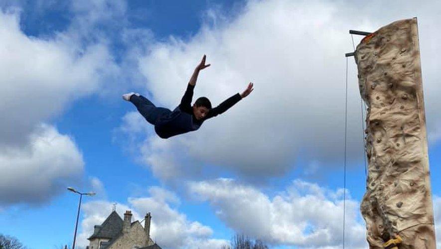 Après avoir parlé de son quotidien de sportif aux enfants de l'école, Célian leur a fait une démonstration de trampoline.