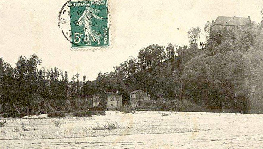 Lors de la crue de 1927, le moulin de Marcenac, au centre, a vu le Lot monter presque jusqu'au premier étage.  Il sera démoli pour y installer la microcentrale.