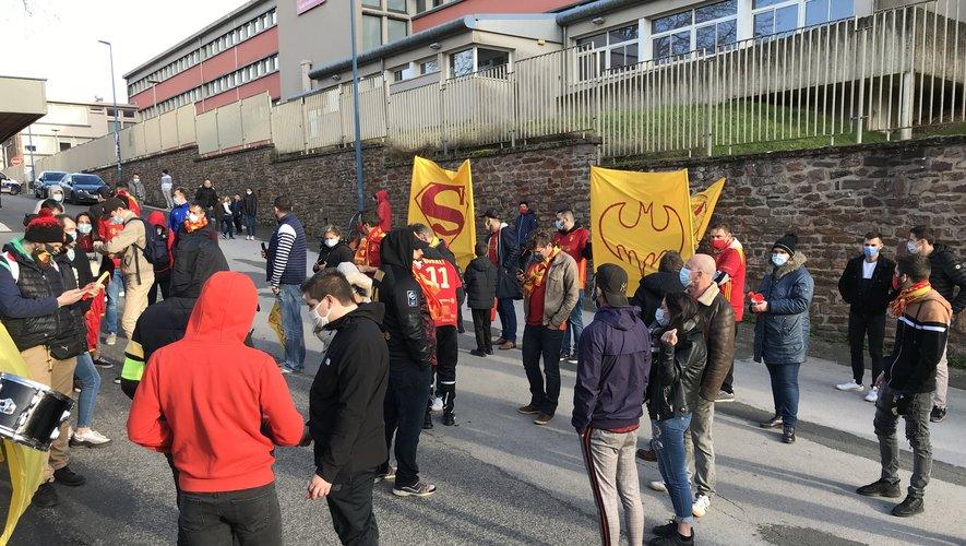 Une cinquantaine de supporters étaient présents devant le stade.