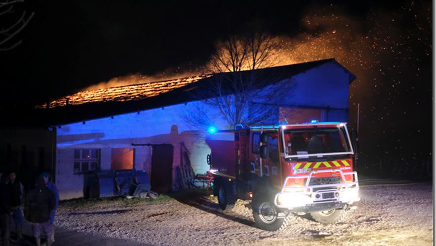 Le bâtiment a été détruit par les flammes.