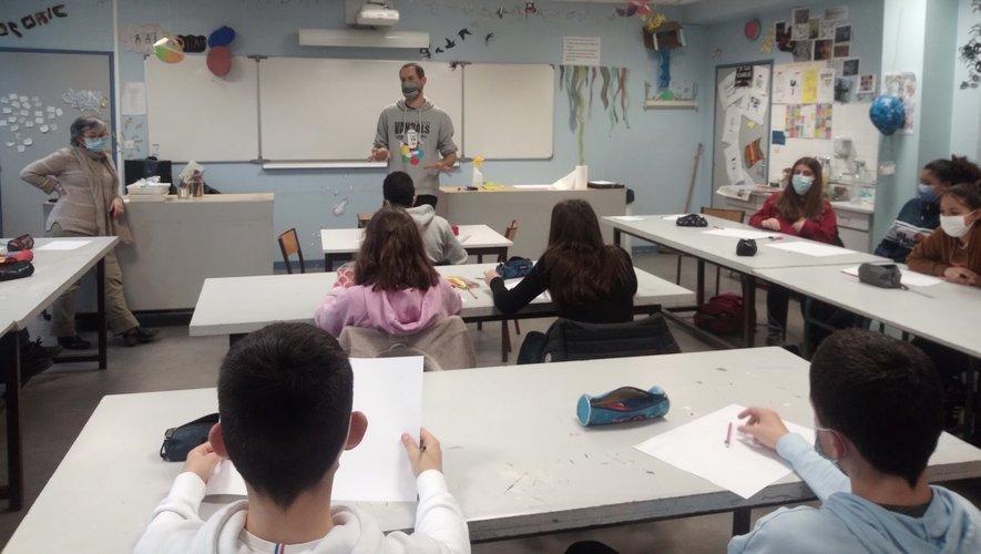 Les élèves de troisième en compagnie du graffeur Rafat.
