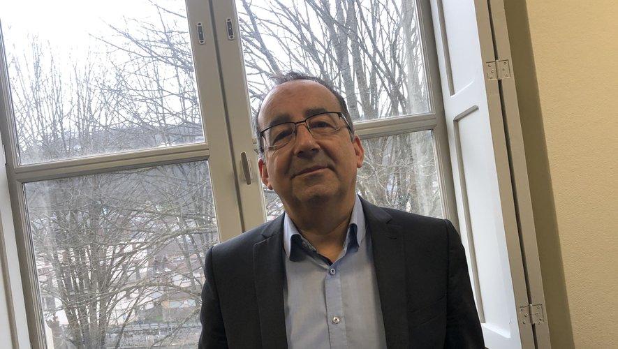 Serge Galanti, directeur général des services  de la mairie de Villefranche  déjà à l'aise dans son bureau.