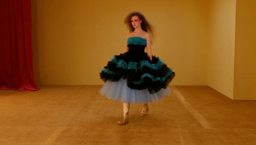 Pour l'hiver prochaine, Molly Goddard mise sur des robes en tulle.