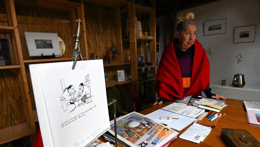 Devant un dessin de l'artiste aveyronnais Jean Ferrieu, père de Jeanne.