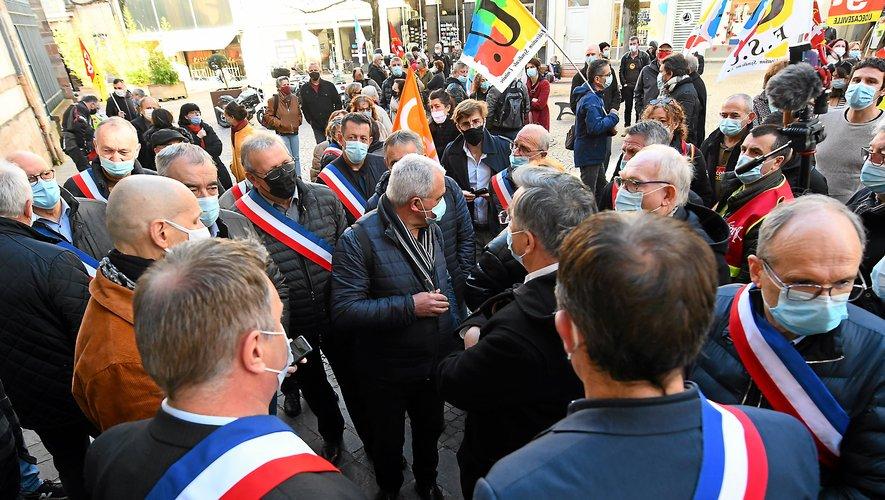 Les élus du Bassin et le président du conseil départemental réunis devant la préfecture pour porter la voix des employés de Sam.