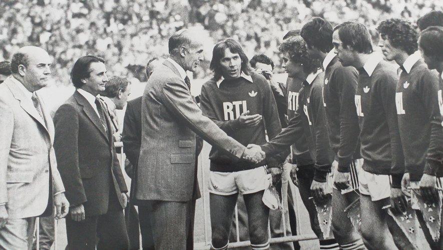 Avant la finale de la Coupe de France 1979, Serge Mésonès présente ses équipiers au président de la République Valéry Giscard-d'Estaing.