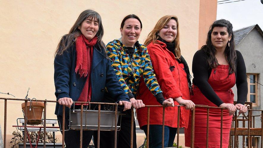 La conteuse Malika Verlaguet, les deux chargées de production Domitille Nozerand et Nina Borie, et la gérante Nathalie Marty (de gauche à droite) font partie des 29 associés au sein de Sirventés,  scop qui a... terrasse sur rue à Sévérac-le-Château.