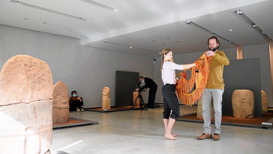 Fanny Gombert, à la danse, et Antoine Charpentier, à la cornemuse, ont montré la première étape de leur création, hier, entouré des statues-menhirs.