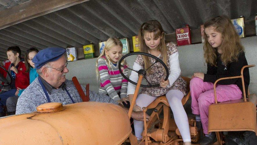 Visite du musée de Veinazès par les enfants