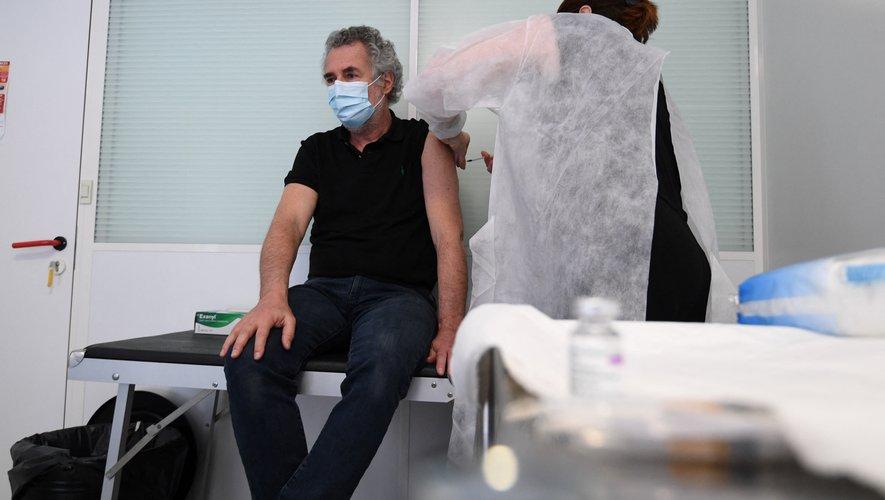 La vaccination en entreprise contre le Covid-19 a commencé officiellement jeudi sur la base du volontariat pour les salariés âgés de 50 à 64 ans atteints de comorbidités.