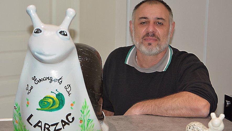 Jean-Luc Barthe devantun escargot en faïence décoré par sa fille Amandine.