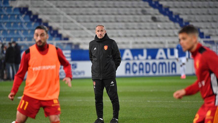 Laurent Peyrelade, l'entraîneur du Raf, lors de l'échauffement avant le match.