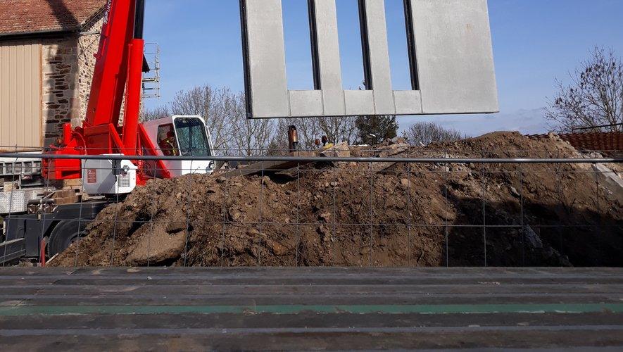 Déchargement de l'un des éléments préfabriqués qui serviront à la construction d'une annexe.