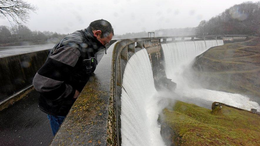 Les récentes crues ont fait déborder le barrage  de Pont-de-Salars.