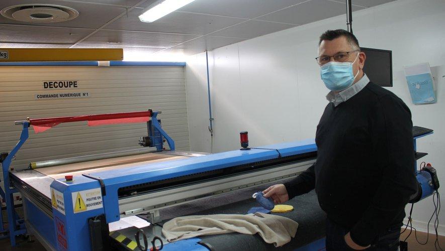 Stéphan Mazars, gérant de STS, devant une machine de découpe à commande numérique.